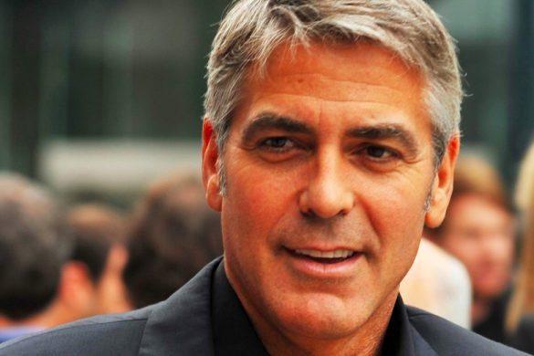fotografia del actor george clooney con saco y camisa negra al fondo mas personas