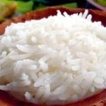 plato de barro lleno de arroz blanco descubre como saber si el arroz es de plastico