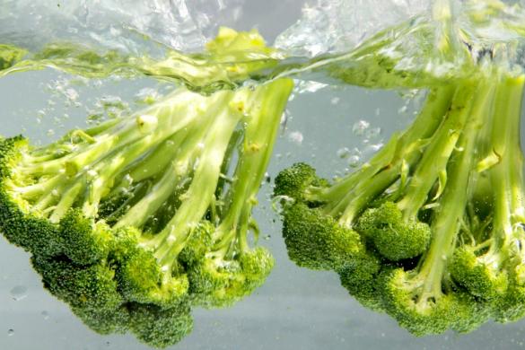brocoli en agua una forma de como eliminar pesticidas de frutas y verduras