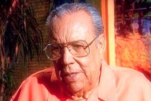 hombre mayor con camisa color melon lentes y cabello canoso conocido como lalo guerrero