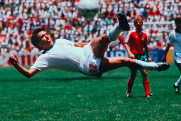 futbolista mexicano manuel negrete haciendo un media tijera dentro de un partido