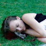 mujer duermiendo recostada en pasto sabias de la comunicacion a traves de los suenos