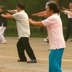 grupo de adultos mayores realizando ejercicios tai para adultos mayores con diabetes