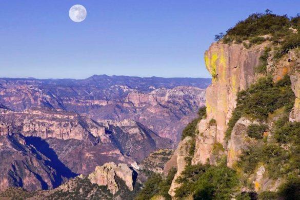 fotografia panoramica de las barrancas del cobre con el cielo azul y la luna de fondo