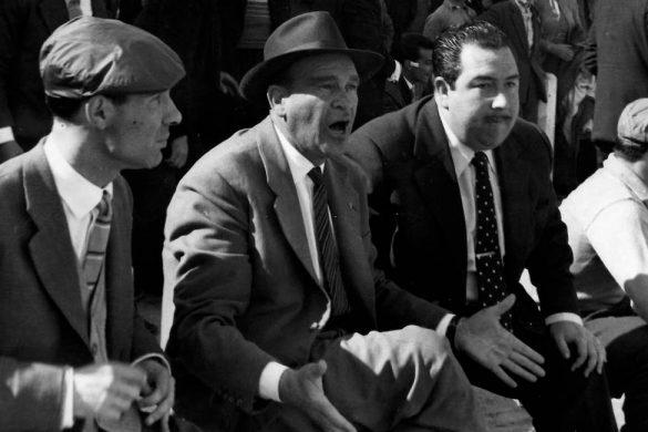 tres hombres de traje sentados dando indicaciones conoce cual es la maldicion del benfica