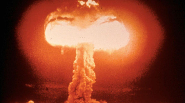 fotografia de la explocion que provoca una bomba atomica con forma de hongo