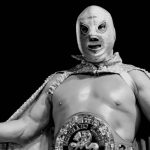 fotogrfia blanco y negro del luchador mexicano el santo con capa y cinturon de campeonato