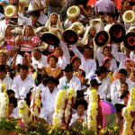 hombres y mujeres con vestidos tipicos de la region ven y enamorate de juchitan
