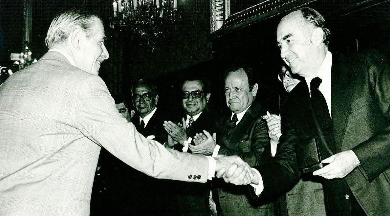 expresidente lopez portillo dando la mano junto a seis hombres mas en una ceremonia
