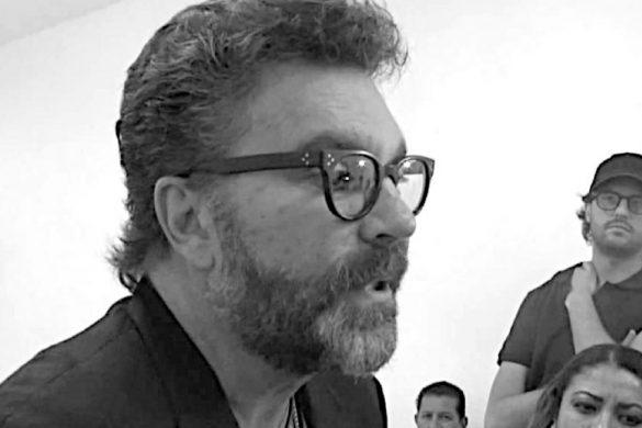 fotografia en blanco y negro del cantante mexicano manuel mijares con tres personas mas