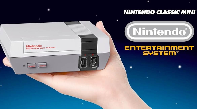 foto promocional con consola de videojuego nintendo classic sostenida por una mano