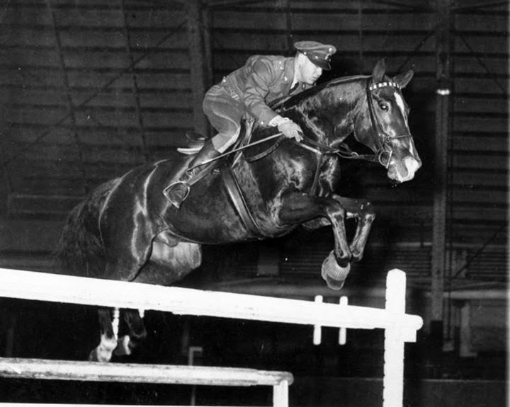 caballo y jinete saltando obtsaculo en olimpiadas mexicano que ha ganado dos medallas de oro