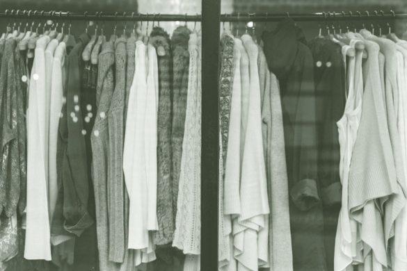 diferentes prendas colgadas con gancho de un tubo la ropa barata sale cara