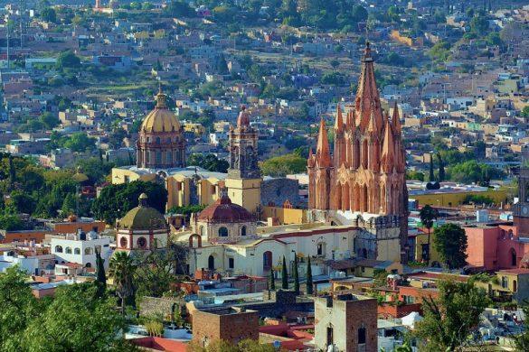 fotografia panoramica de san miguel de allende se observan casas y la catedral