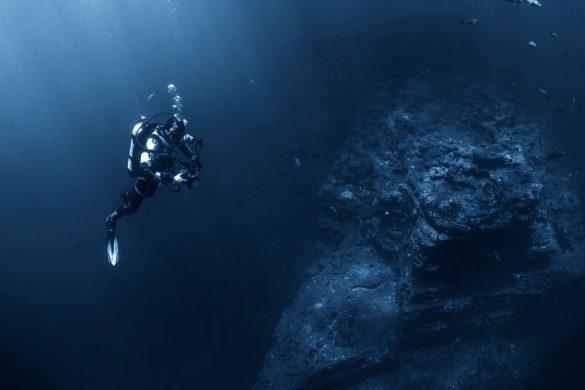 buzo dentro del mar junto a sedimentos lo que se conoce como ciudad submarina en grecia