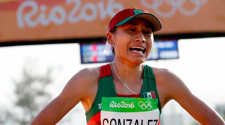 deportista mujer llegando a la meta de los medallistas mexicanos en los juegos olímpicos