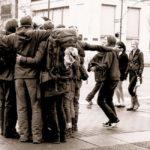diferentes personas dandose un abrazo sabias que los abrazos con carino curan
