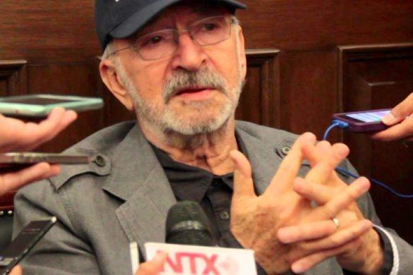hombre mayor de barba lentes y gorra siendo entrevistado por la pelicula canoa