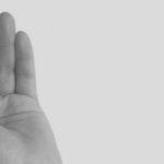 fotografia de mujer con la mano en la boca razones por las que somos indiscretos