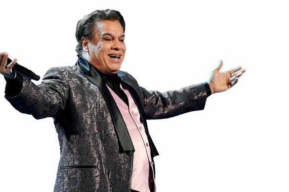compositor y cantante mexicano juan gabriel con chaleco saco negro y microfono en la mano