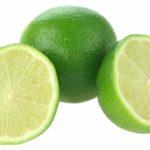 un limon entero color verde y otras dos mitades prueba tener limones en la habitacion