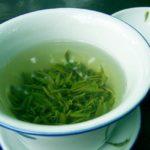taza blanca con agua y te conoce los beneficios para la salud del te verde