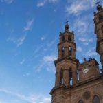 fotografia en contra picada de una iglesia de tepic color cafe y el cielo azul de fondo