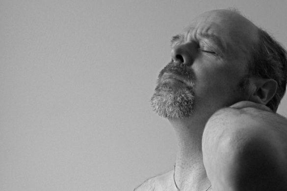 fotografia de hombre con cara de dolor mira los remedios para aliviar la torticolis