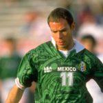 futbolista zague con la playera de la seleccion mexicana color verde con el numero once