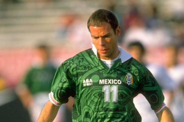 futbolista zague con la playera de la seleccion mexicana color verde con el numero once