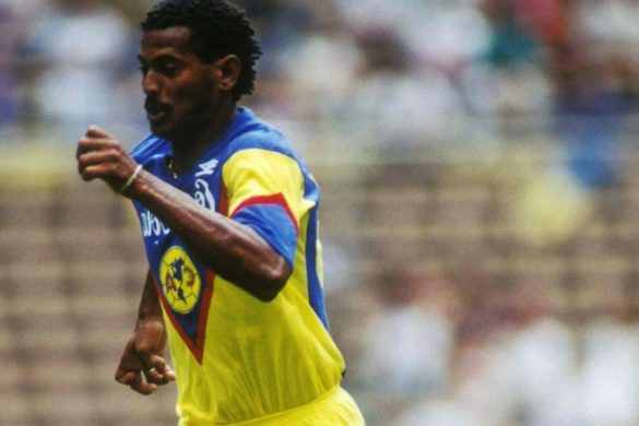 ex futbolista del equipo america de mexico con uniforme azul y amarillo corriendo