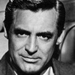 Fotografia en blanco y negro del emblemático actor cary grant de fondo una silla y libros