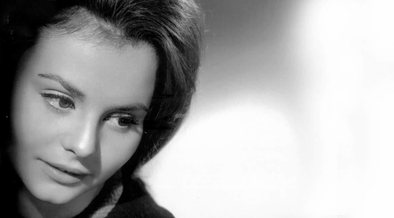 fotografia en blanco y negro de la joven cantante rocio durcal conoce sus curiosidades