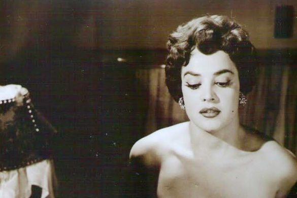 fotografia de la diva del cine alma delia con hombros descubiertos y mirada hacia abajo