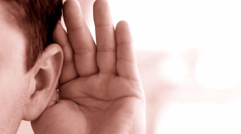 persona de pelo corto con su mano en la oreja sabes si estas perdiendo la audicion