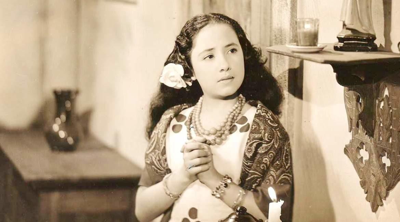fotografia de la actriz evita munoz chachita con pulseras collares frente un altar