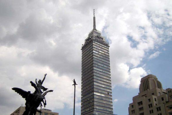 fotografia del edifico llamado torre latinoamericana con nubes de fondo en ciudad de mexico