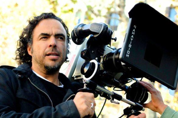 director de cine alejandro gonzalez inaritu sosteniendo una camara de cine