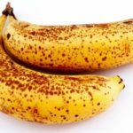 dos platanos amarillos con manchas cafe conoce los beneficios de comer platanos maduros