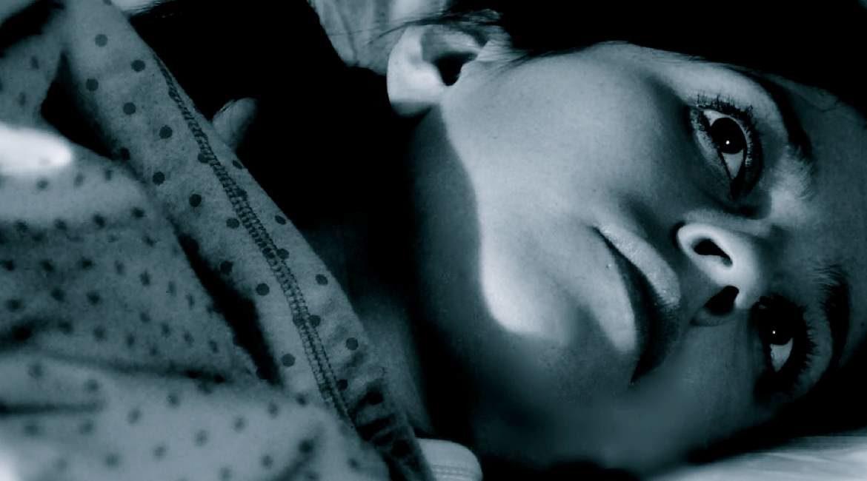 nino acostado con las sabanas encima conoce las causas por las que sudas en la noche