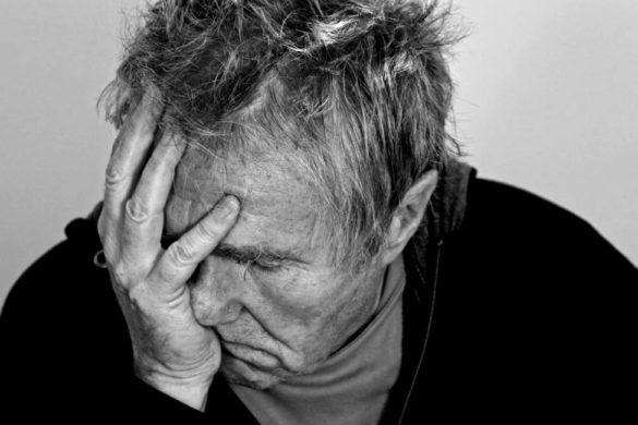 persona de la tercera edad con la mano en el rostro algo afectan su estado de animo
