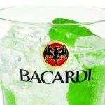 baso de cristal con bebida bacardi esta es la historia del logo de bacardi