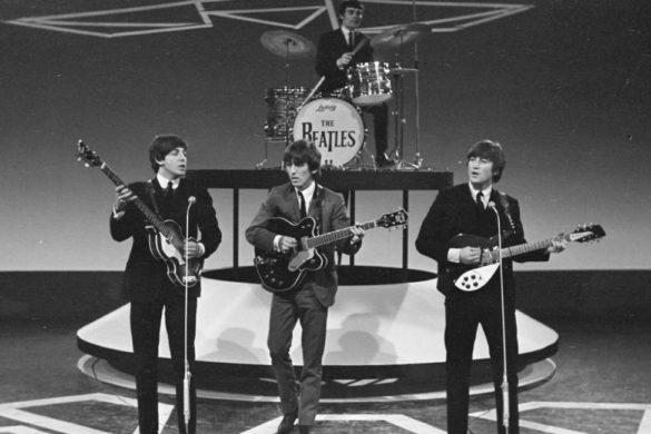 fotografia blanco y negro del cuarteto de liverpool the beattles tocando en vivo besame mucho