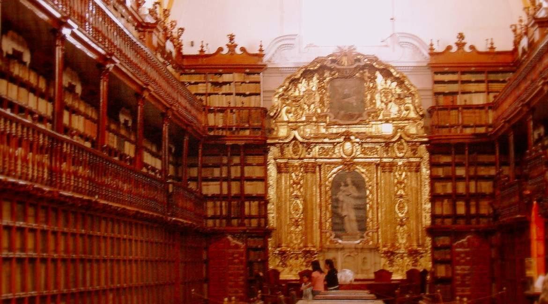 interior de la biblioteca mas antigua de america hecha de madera y pared del fondo de oro