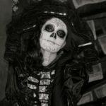 fotografia en blanco y negro de una mujer caracterizada como la catrina personaje mexicano