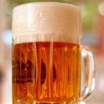 tarro de cerveza clara con espuma conoce los efectos positivos de la cerveza