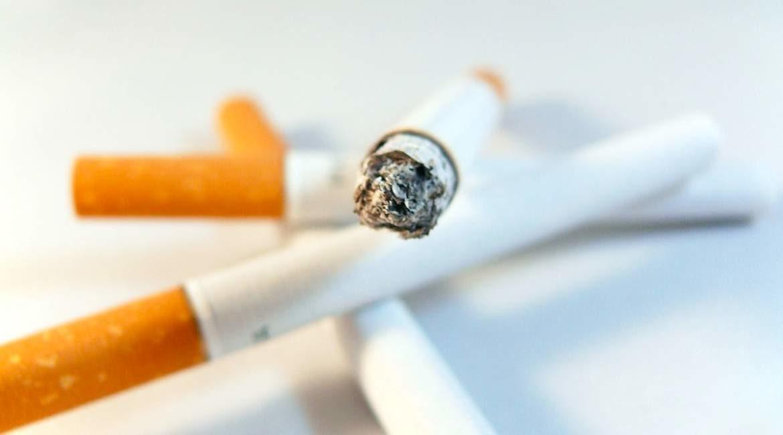 tres cigarro apagados y uno encendido encimados conoces los beneficios de dejar de fumar