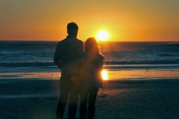 pareja en la playa mirando el atardecer la persona que te quiere solo quiere esto