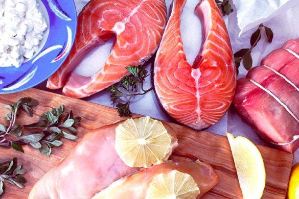 mesa con carne de pescado cerdo una tabla de madera limo como saber si te falta proteina
