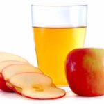 vaso con vinagre de manzana y manzana roja en rodajas conoce beneficios del vinagre de manzana